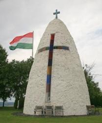 A sényei Kemence Kápolna és az ország egyik legnagyobb zászlója
